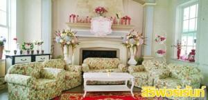 ชุดโซฟารับแขก พร้อมโต๊ะกลาง ประดับตกแต่งกระถางดอกไม้คู่ แจกันดอกไม้ แนววินเทจ